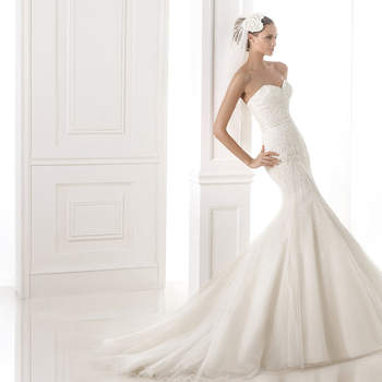 "<a href=""http://zankyou.9nl.de/n84e"" target=""_blank"">Click here</a> to request an appointment with Pronovias.</p>"