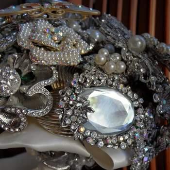 Bukiet ślubny wykonany z biżuterii