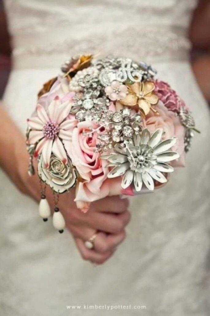 Broschen-Brouquets als glamouröse Alternative – Foto: The Ritzy Rose
