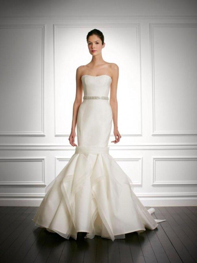 Vestido de novia otoño 2013 corte sirena, escote strapless y cinturón con pedrería - Foto Carolina Herrera