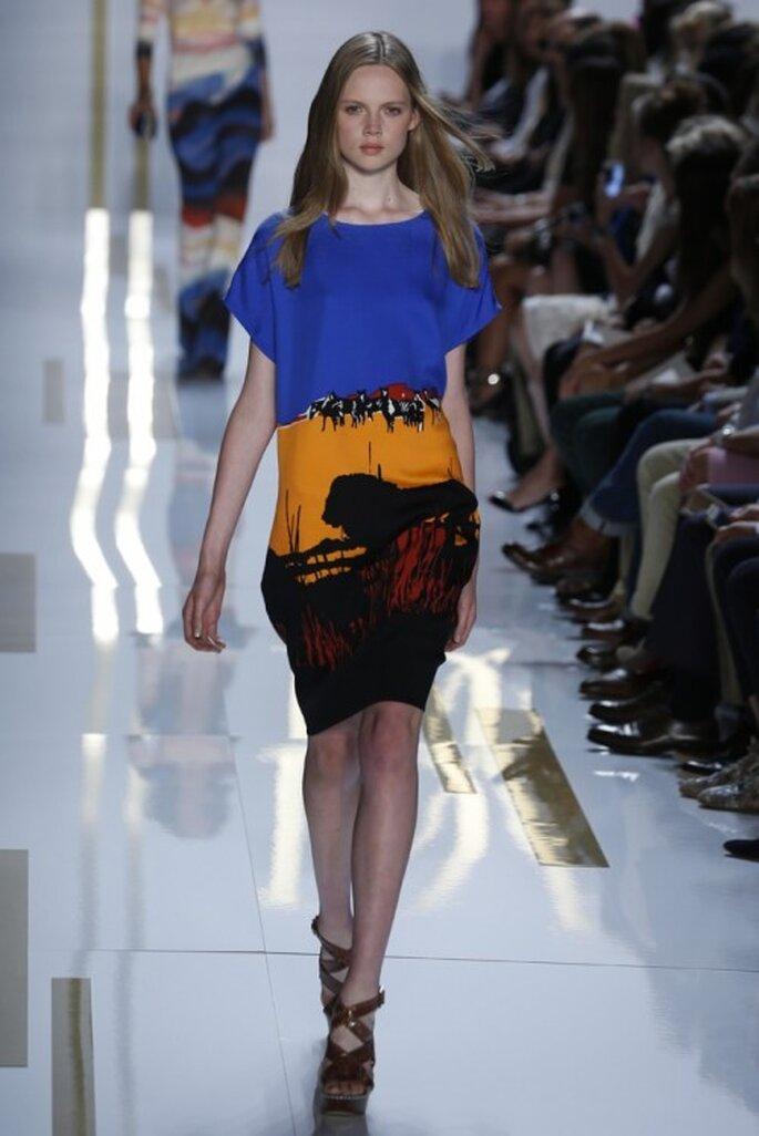 Vestido de fiesta 2014 corto con mangas largas y silueta recta, con estampado en colores intensos - Foto DVF