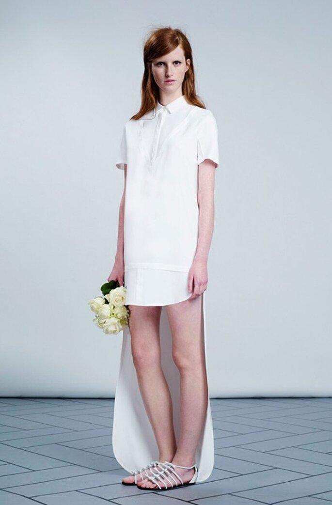 Vestido de novia con falda high low en color blanco con estilo minmalista y cuello camisero - Foto Viktor & Rolf