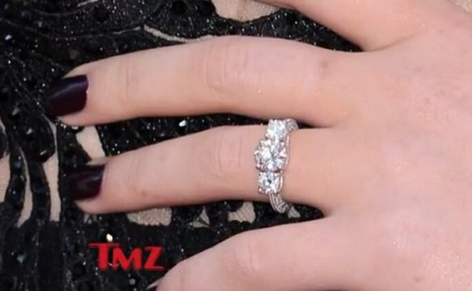 Anillo de compromiso de Perrie Edwards - Foto TMZ YouTube