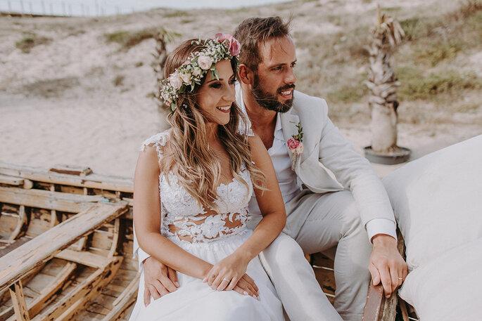 noivos na praia noiva com coroa de flores casamento na praia