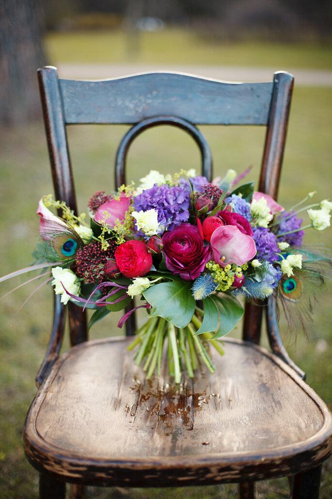 Brautstrauß auf Holzstuhl