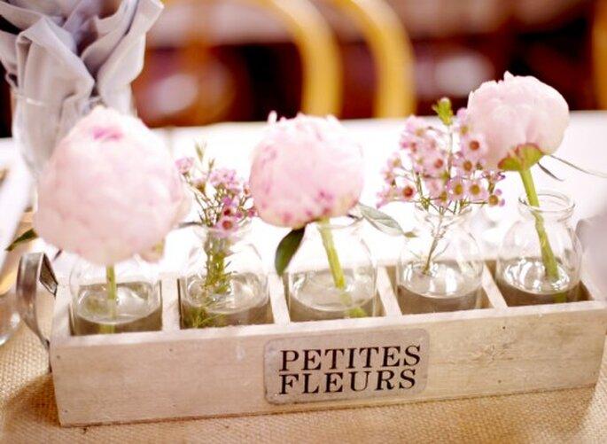 Centros de mesa con flores rosas hechos con inspiración vintage - Foto Jen Lynne