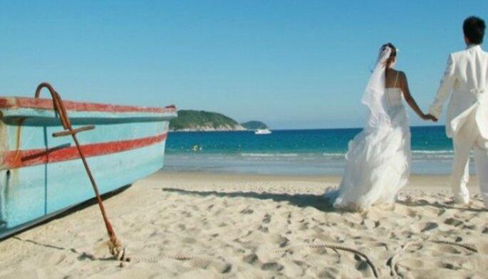 Mariage au coeur de l'été à l'autre bout de la France : on motive ses invités ! - Source : Mariee.fr