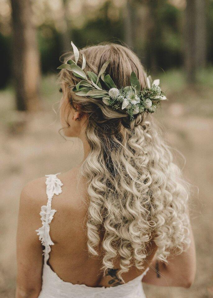 noiva boho com cabelo semi apanhado cora de folhas e cabelo ondulado comprido