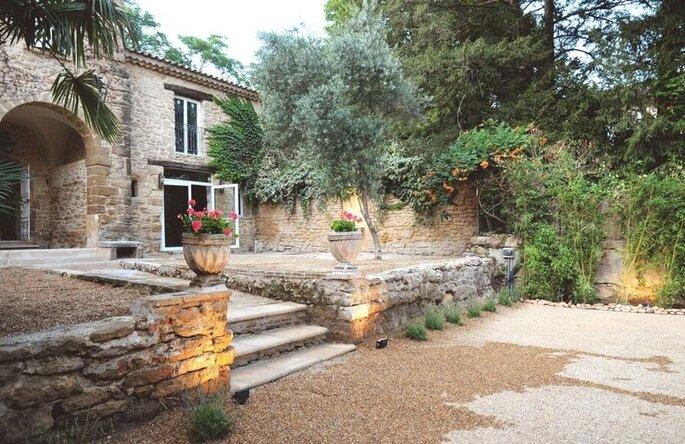 Un lieu de réception provençal avec une terrasse et un jardin pour votre mariage