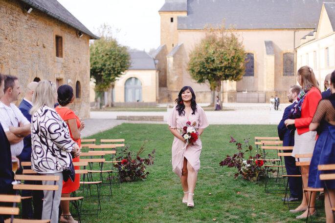 Une cérémonie laïque a lieu en extérieur, entourée de bâtiments historiques.