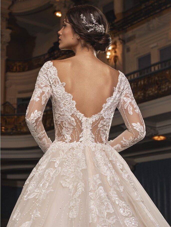Vestido de novia de encaje con apertura por la espalda y mangas largas