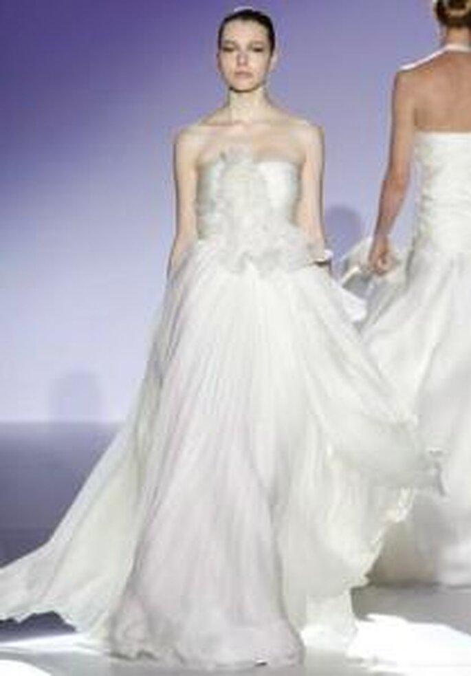 Jesús del Pozo 2009 - Vestido largo en seda, corte imperio, falda muy amplia, aplique floral en el pecho, escote recto