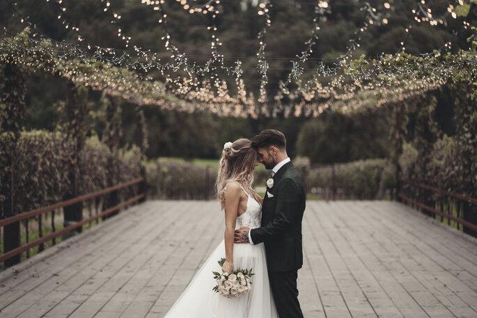 Fotografia coppia di sposi atmosfera con luci