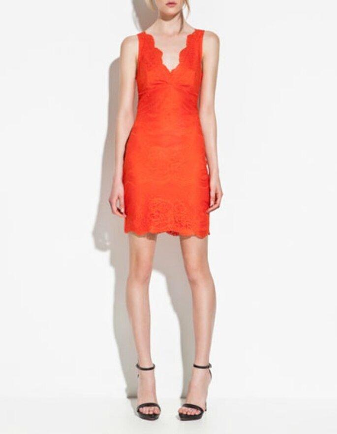 Abito arancione con profondo scollo a V e dettagli in pizzo. Zara