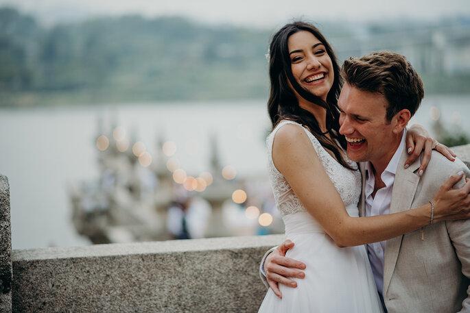 noivos felizes a rir muito