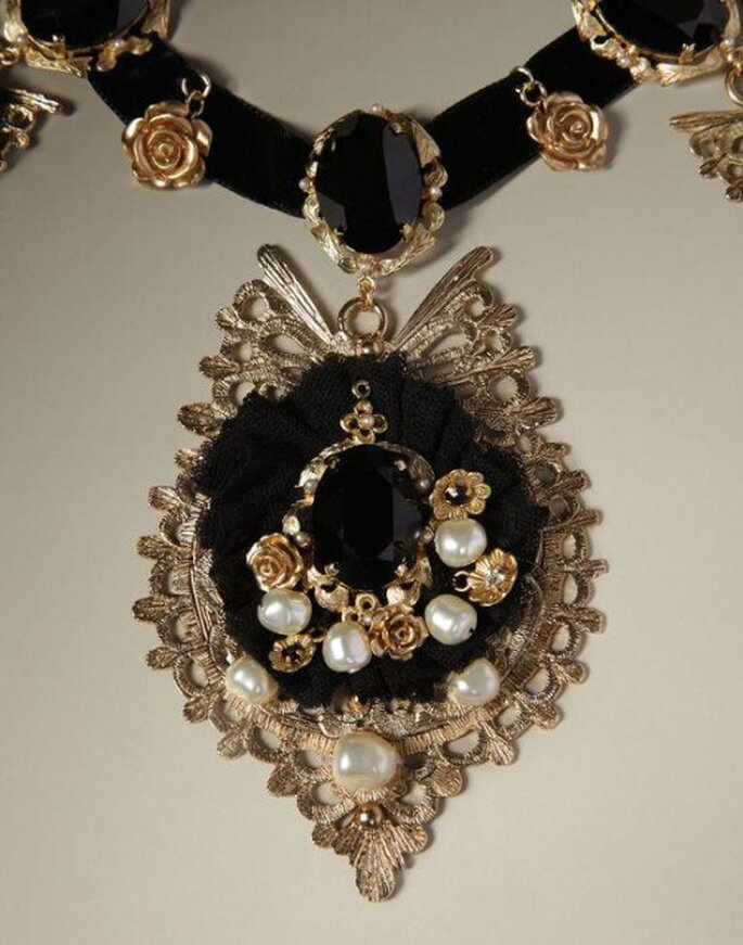 Collana da sposa barocca in nero con pietre e perle. Foto: Dolce e Gabbana