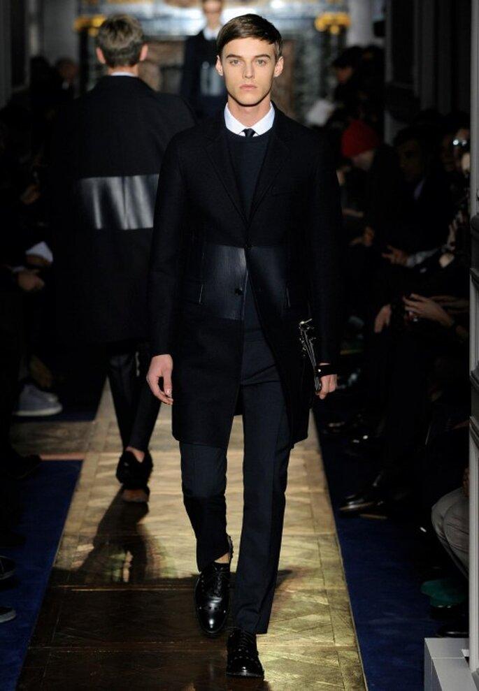 Traje de novio para boda en color negro con fajín de cuero y suéter cerrado a juego - Foto Valentino