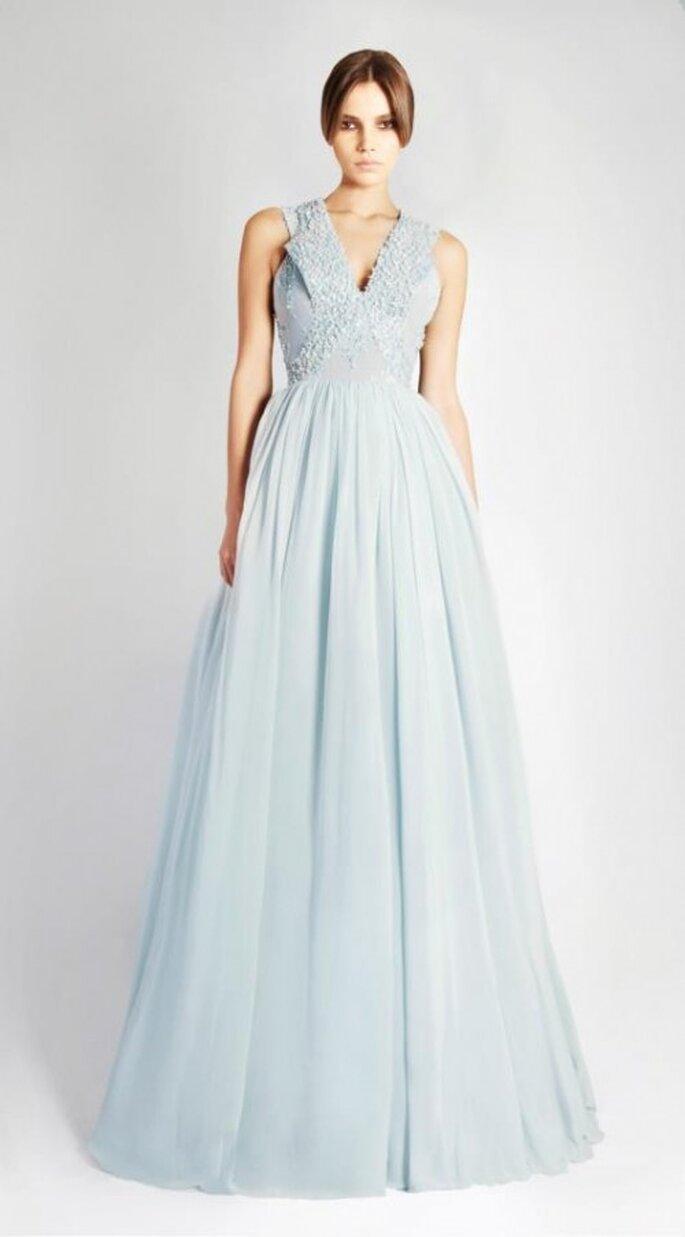 Vestido de novia largo en color azul claro con cuello en V y falda vaporosa - Foto Georges Hobeika