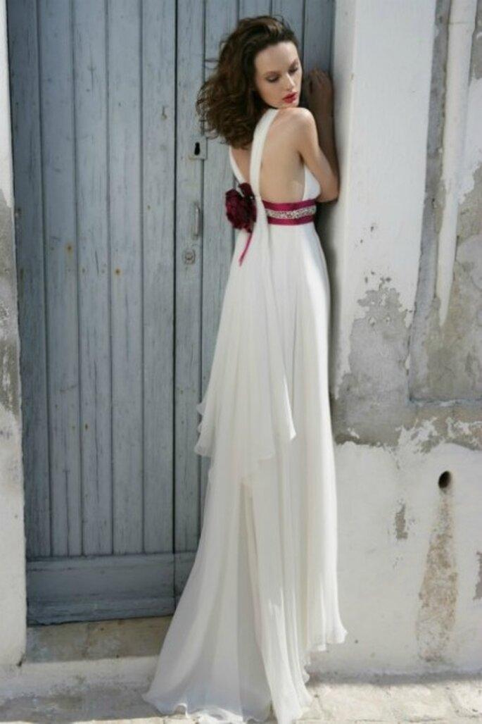 Vestido de novia 2012, silueta de imperio con una flor en la espalda