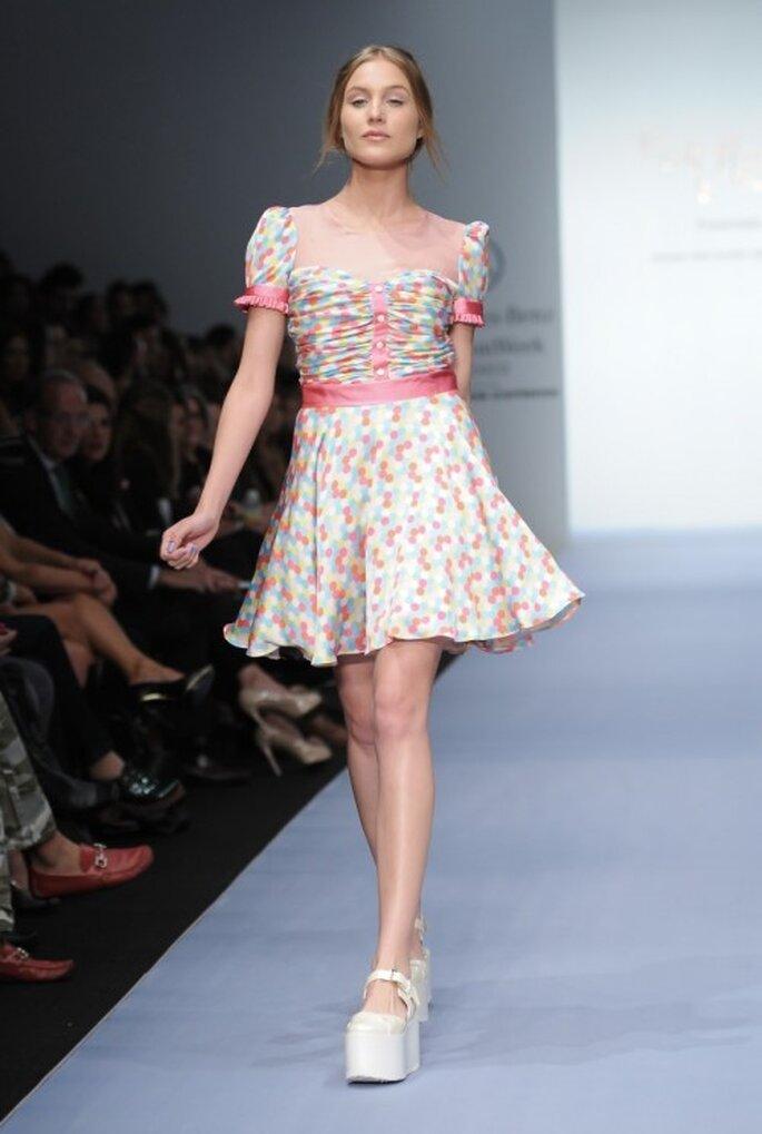 Vestido de fiesta corto con mangas cortas y estampado de lunares - Foto Mercedes Benz Fashion Week México