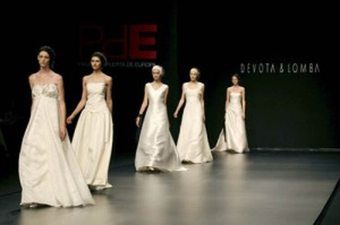 Escotes de novia. Desfile de la colección de Devota & Lomba