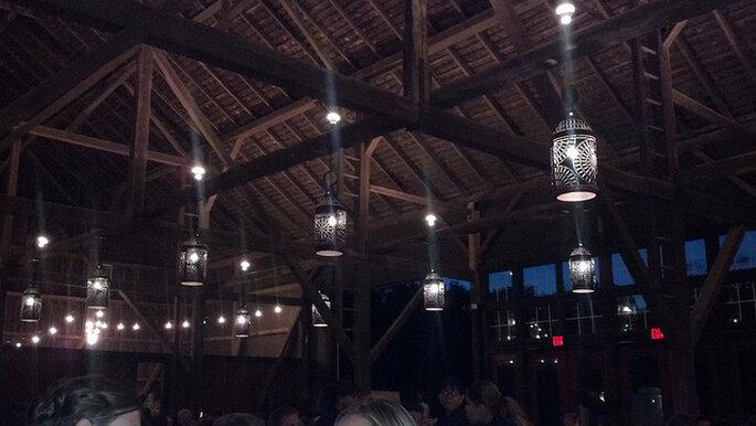 Ideas para la iluminación en una boda country. Foto: Claire P.