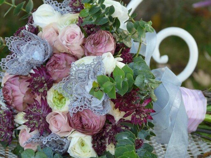 Bouquet originale ricco di vari tipi di fiori. Foto: Atelier déco'ps