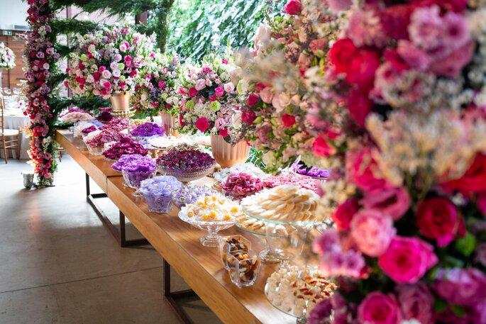 Mesa de doces em rosa e roxo