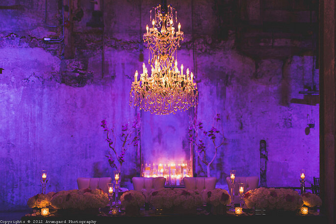 Candelabro elegante en la decoración de la boda. Foto: Avangard Photography