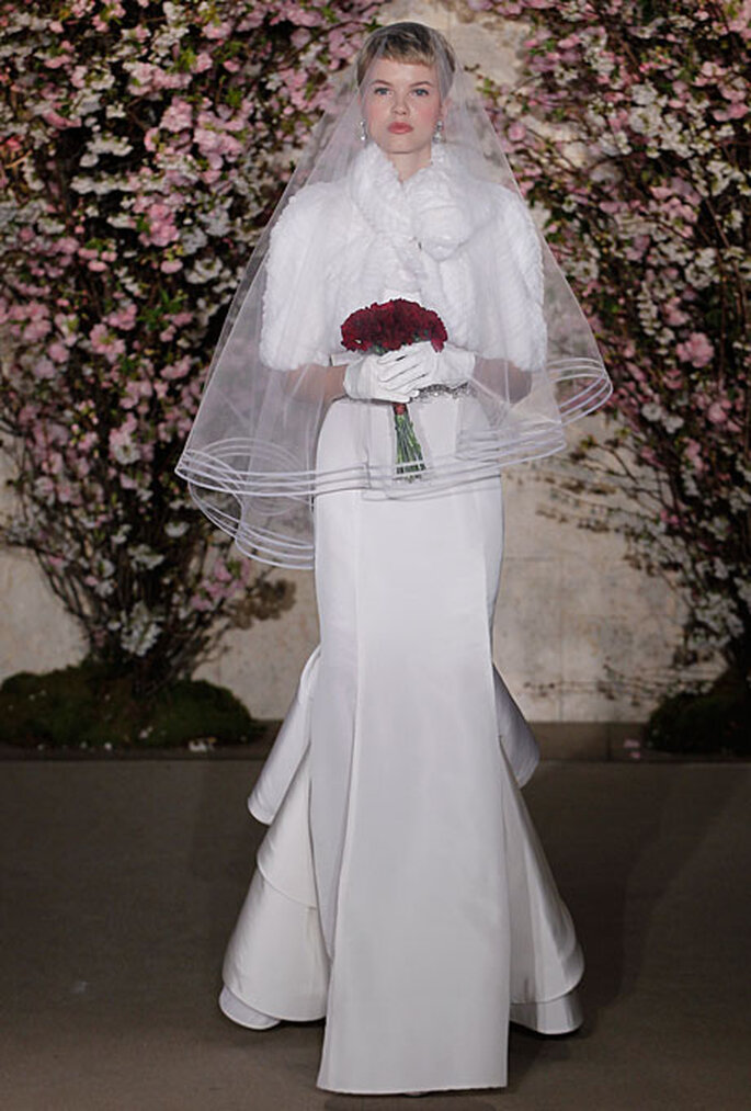 Vestido de novia de seda corte sirena simétrico, lleva bolero. Oscar De La Renta