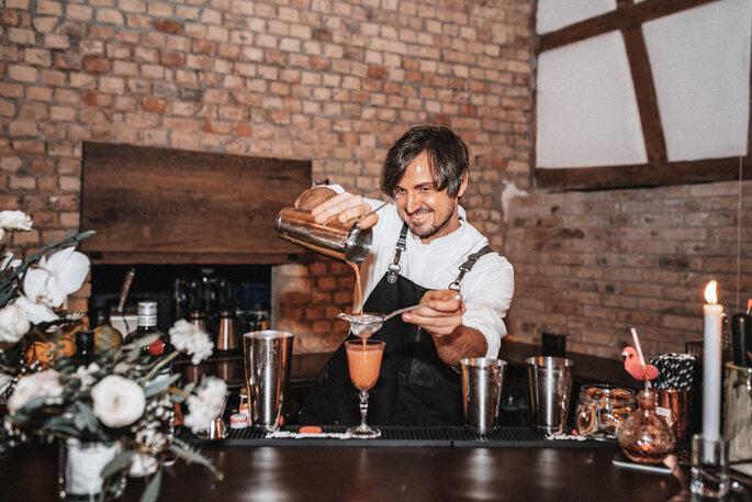 Intime Hochzeit, Eleganz trifft auf rustikalen Flair Drinks Barkeeper