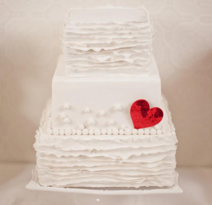 Pastel blanco con detalle de un corazón. Foto: Gabriel Ryan Photographers