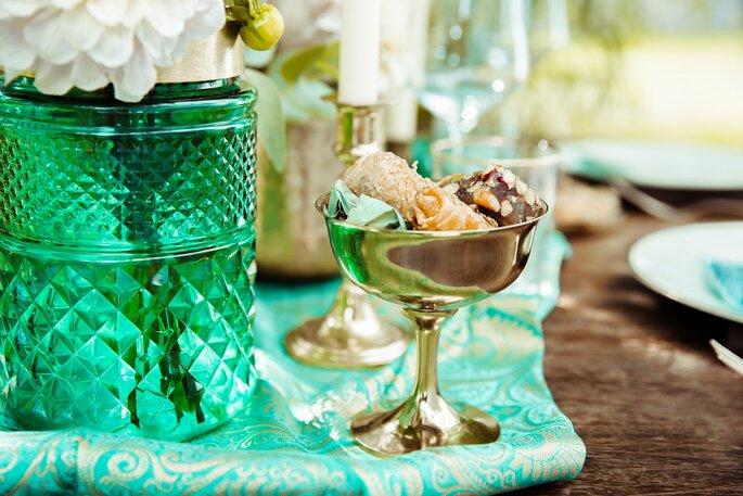 Tischdekoration in Grün & Gold bei der Oriental Boho Wedding.