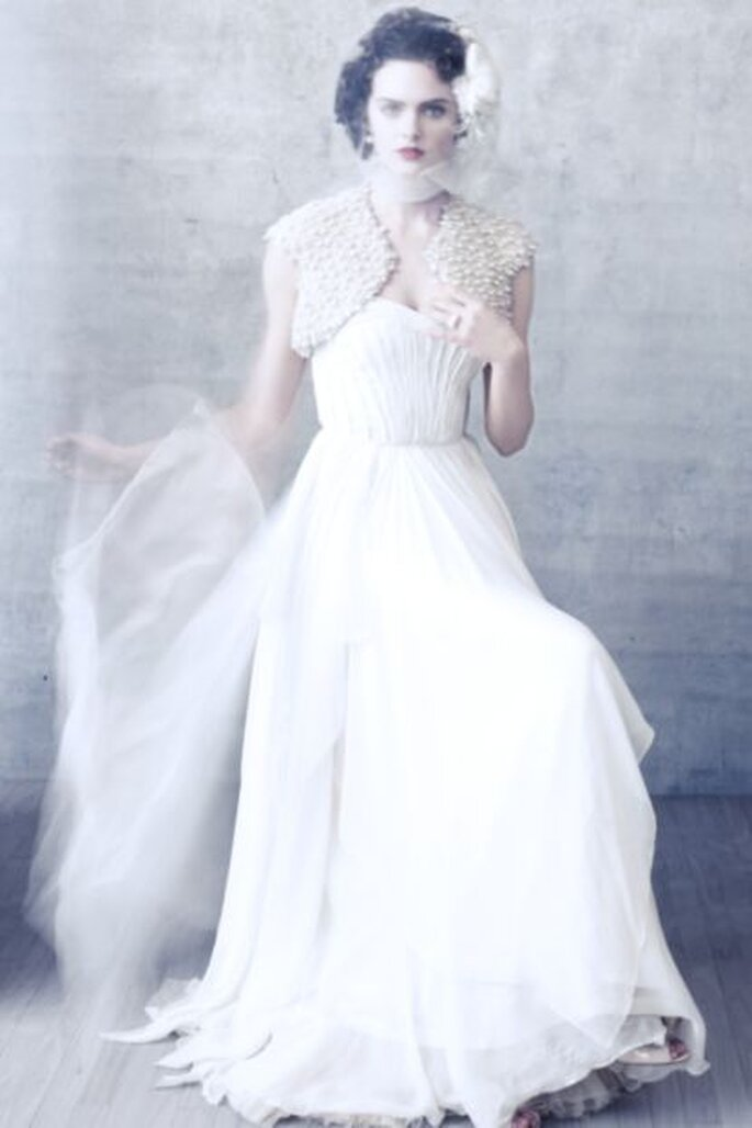 Extravagante Kombination: langes Brautkleid mit kurzem Schleier – Foto: bhldn