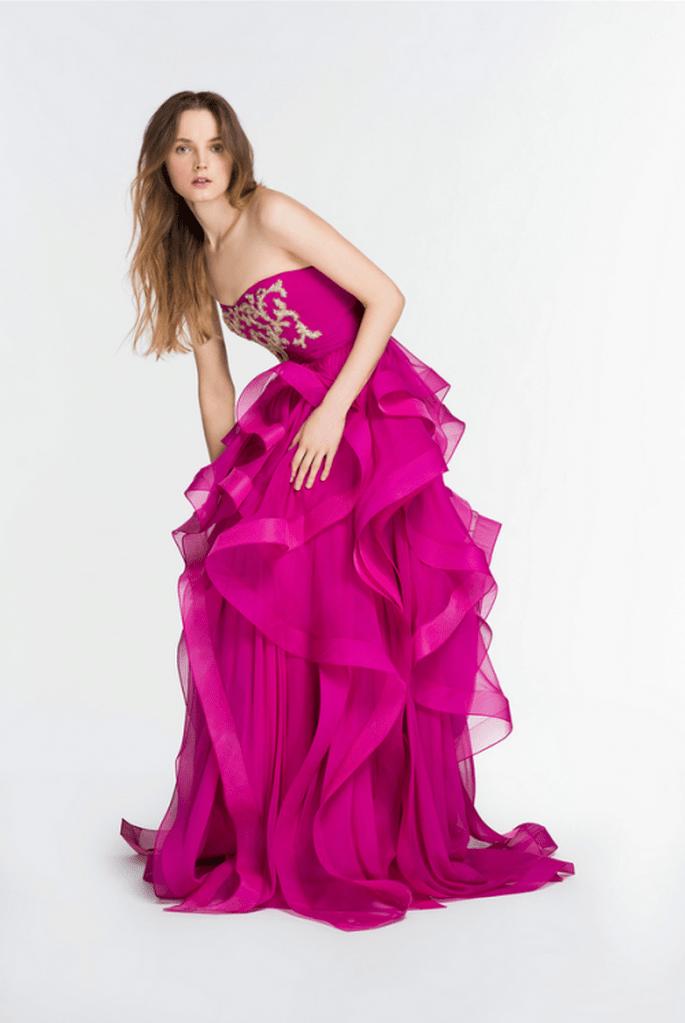 Vestido de fiesta 2014 en color rosa intenso con superposición de volúmenes en la falda - Foto Reem Acra