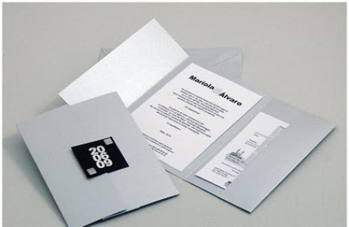 Invitaciones blancas, con letras en negro y sobre plateado: una combinación muy sobria y a la vez chic
