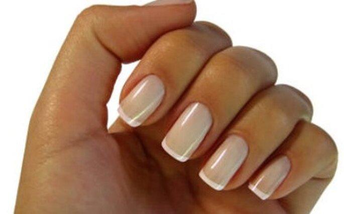 Arreglo francés con rosado pétalo o perla, son otra opción para lucir las uñas con elegancia y sobriedad.