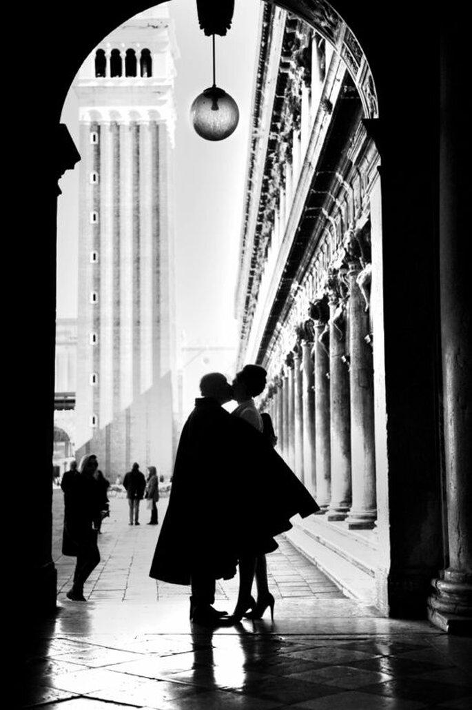 Fotografia coppia neo sposi bianco e nero a Venezia
