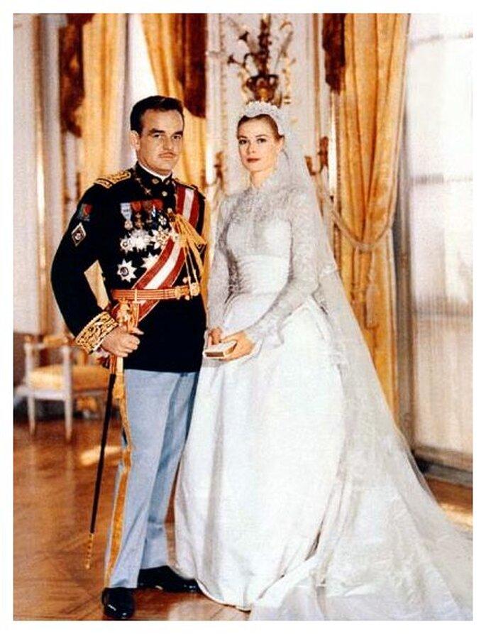 Die frühere Filmberühmtheit Grace Kelly heiratete 1956 den Prinzen Rainier von Monaco, wobei sie ein hochgeschlossenes Brautkleid mit einem langen Schleier trug.