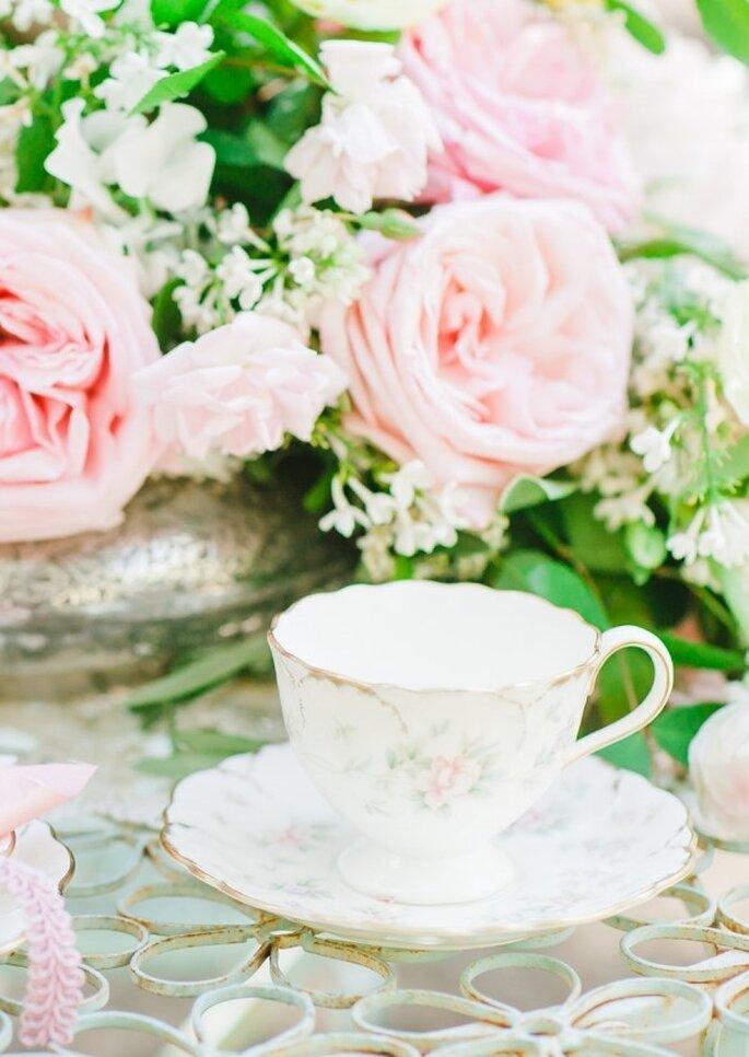 Hochzeitsfeier: Rosa Blümchen auf dem Hochzeitsgeschirr - Foto Avec L'Amour Photography
