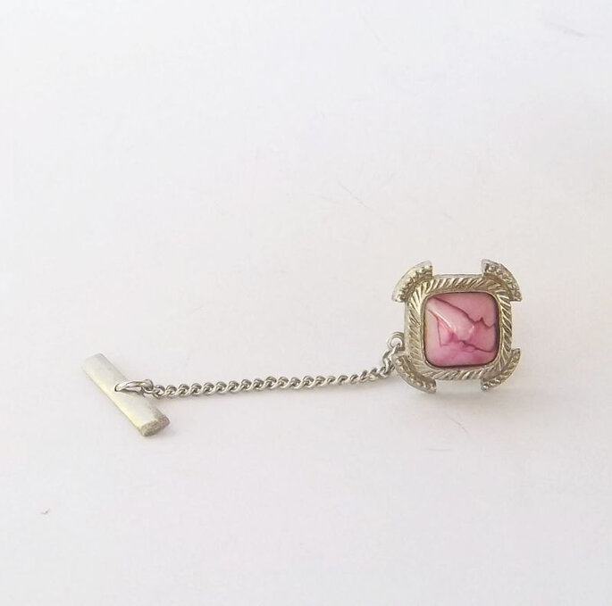 http://www.etsy.com/listing/109272540/pink-agate-silver-tone-tie-pin negozio: GentlemansVintage