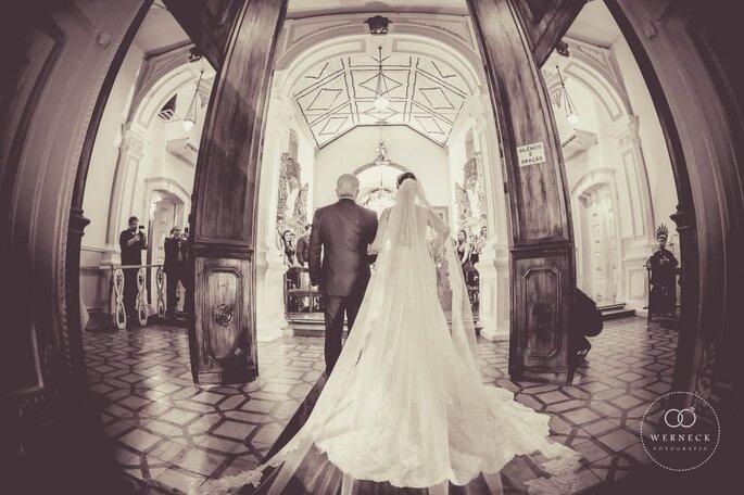 Entrada da noiva em casamento na igreja