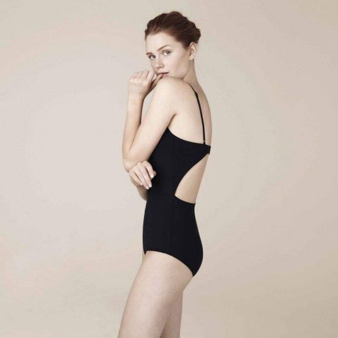 Traje de baño completo en color negro con escote y marco en la espalda - Foto Oysho
