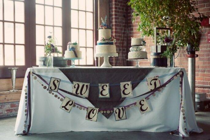 Dale cama y paz a tu boda con el azul estilo anochecer - Foto Leah and Mark