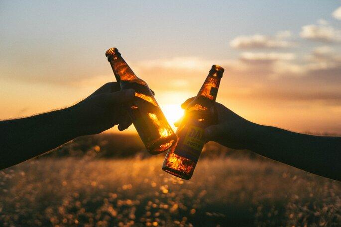 despedida de soltero sirviendo una cerveza