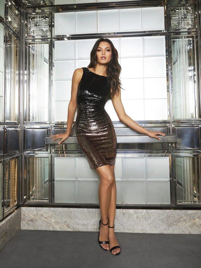 vestido de vesta curto e justo em tons metalizados Pronovias 2021