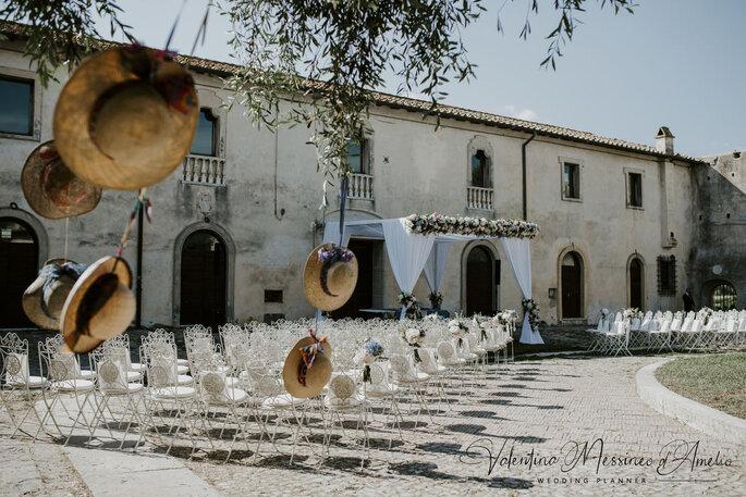 Il Mio Matrimonio Wedding Planners - cerimonia con dettagli cappelli di paglia