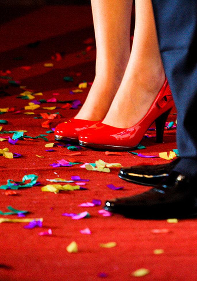 Disfruta de la fiesta con sus zapatos de color. Foto: Jerry Luo