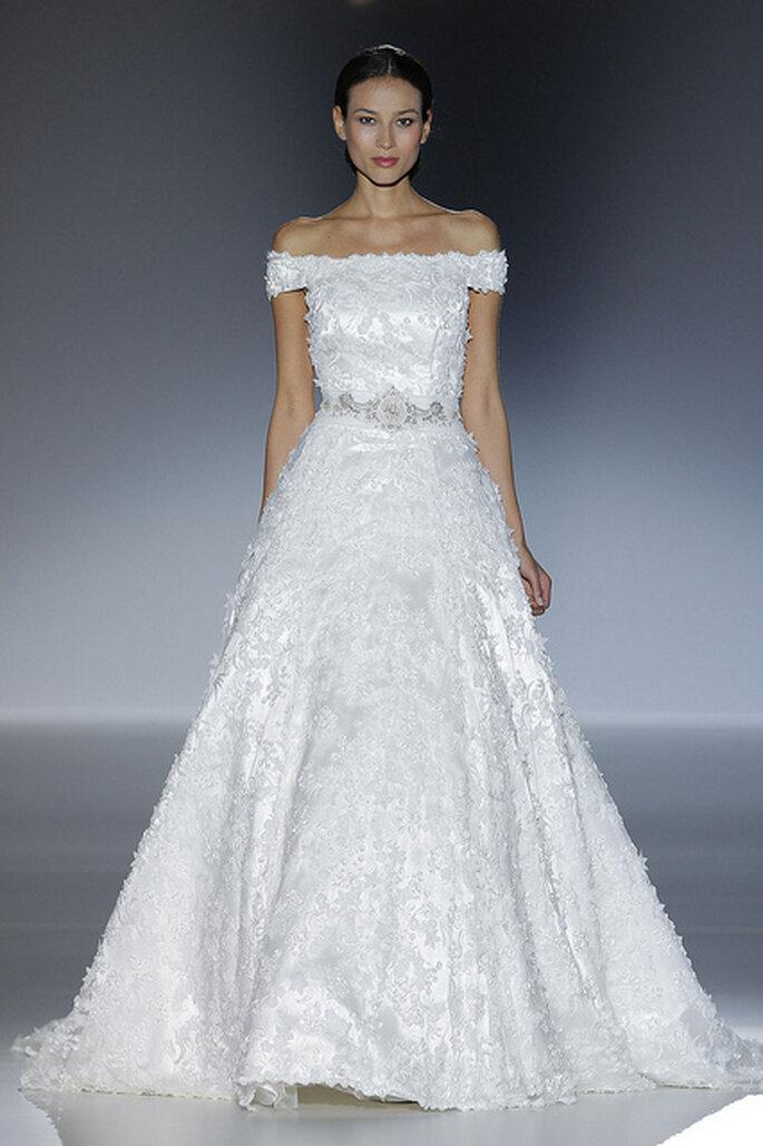 Vestido de novia con hombros descubiertos y cinturón de pedrería de Francis Montesinos 2014. Foto: Barcelona Bridal Week 2013 / Ugo Camera