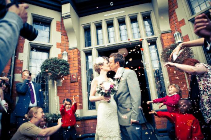 Primera boda de la pareja en Didsbury English Village. Foto: Jonny Draper